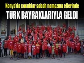 Konya'da çocuklar sabah namazına ellerinde Türk bayraklarıyla geldi