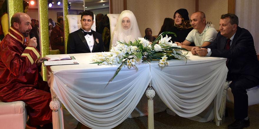 Başkan Pekyatırmacıdan genç çiftlere nikah sürprizi