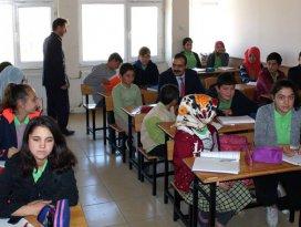 Halkapınar Kaymakamı Aydın, öğrencilerle derse girdi