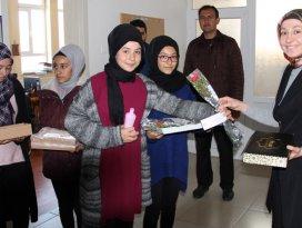 Öğrenciler Mevlit Kandilinde karanfil dağıttı