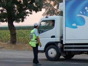Trafik polisi sürücüleri çevirdi ama...