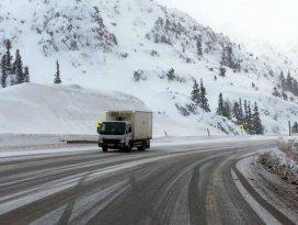 Antalya- Konya Karayolunda kar ulaşımı aksatıyor