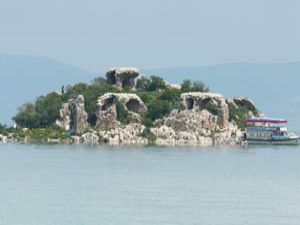 Kızkalesi Adası, turizme kazandırılacağı günü bekliyor.