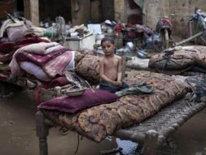 Yardım bekleyen Pakistan'a Amerika'dan bomba yağdı