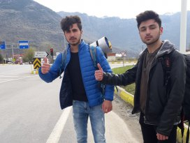 Otostopla Türkiyeyi geziyorlar