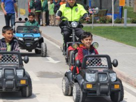 Çocuklar trafik kurallarını araba kullanarak öğreniyor