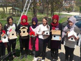Öğrencilerin hazırladığı kuş yuvaları ağaçlara yerleştirildi