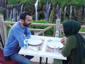 Şelale manzarasında iftar