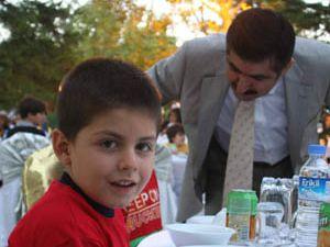 Vali Doğandan yaşlılara ve çocuklara iftar yemeği