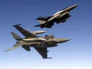 İki F-16 savaş uçağı havada çarpıştı