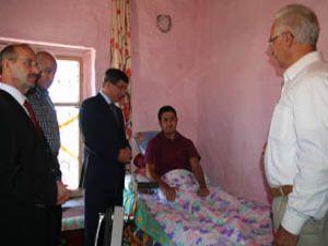 Bakan Davutoğlundan engelli ailesine ziyaret