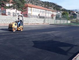 Derebucak Belediyesi okul bahçelerini asfaltla kaplıyor