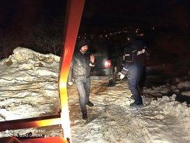 Karda araçlarıyla mahsur kalan 2 vatandaş kurtarıldı