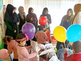 Uluslararası öğrenciler mülteci çocukları sevindirdi