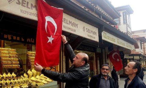 Konyada ev ve iş yerleri bayraklarla donatıldı