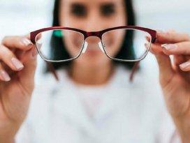 Kovid-19 riskini azaltmak için lens yerine gözlük kullanın