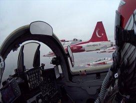 Türk Yıldızlarından gökyüzünden sosyal mesafeyi koruyalım çağrısı