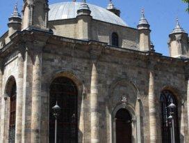 Penceresi kapısından büyük tek cami