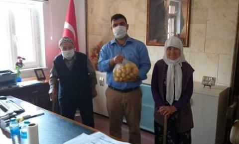 Konyalı yaşlı çiftten kaymakama patates hediyesi
