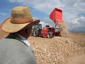 Ekili topraklar taşlardan kurtuluyor