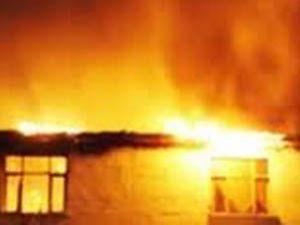 Üç katlı ev yangında kül oldu