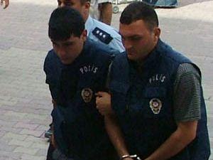 Katil zanlısı polis yeleği giydi