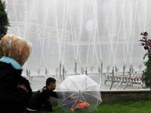 Çocuklar şemsiye ile havuz başında