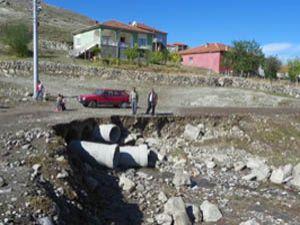 Köyü sel bastı