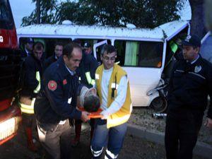Servis minibüsü duvara çarptı : 2 yaralı