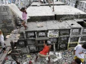 Yoksul Filipinlilerin mezarda yaşam savaşı