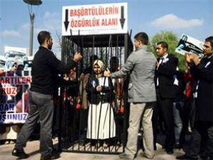 Ankarada kafesli başörtüsü eylemi