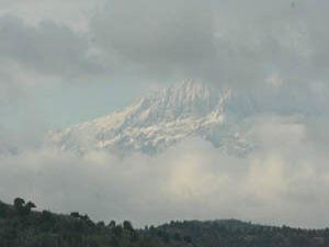 Anmas Dağı beyaz gelinliğiyle bulutların arasında