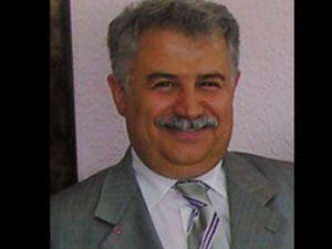 Konya Üniversitesinde ibre Muzaffer Şekeri gösteriyor