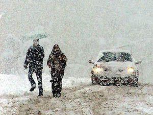 Buzlu yolda düşen 3 kişi yaralandı