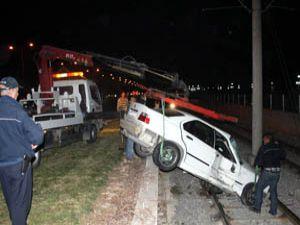 İki araca çarptı, tramvay yoluna düştü