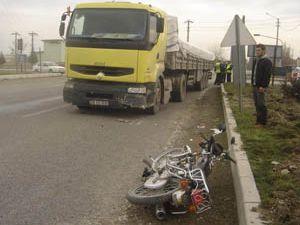 Tır ile motosiklet çarpıştı; 2 yaralı