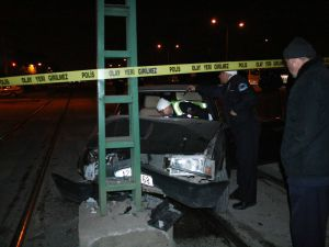 Alkollü sürücü direğe çarptı