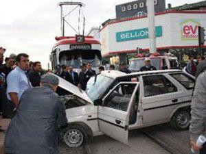 Tramvay otomobil ile çarpıştı