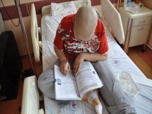 Kemik kanseriyle ve derslerle savaşıyor