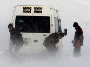 Hakkari-Şırnak yolunda 25 öğrenci mahsur kaldı