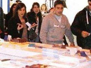 Ermeni gençler Türk standını bastı
