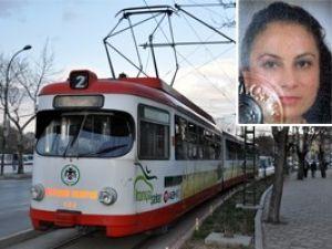 Konyada tramvay genç kadına çarptı