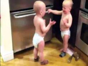 İkiz bebeklerin koyu muhabbeti