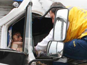 Konyada kamyon kayalara çarptı; 2 ölü