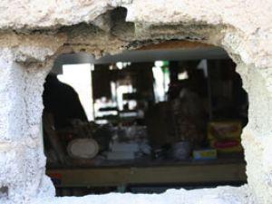 Duvardaki delikten hırsızı yakaladılar