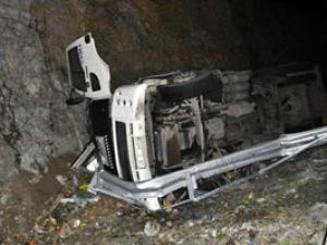 Sebze yüklü kamyon devrildi:2 yaralı