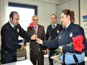 Zabıtadan polise karanfil