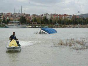 Şiddetli lodos tekneleri batırdı