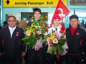 Şampiyonlar çiçeklerle karşılandı