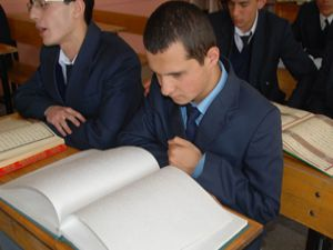 Görme engelli öğrencinin okuma azmi
